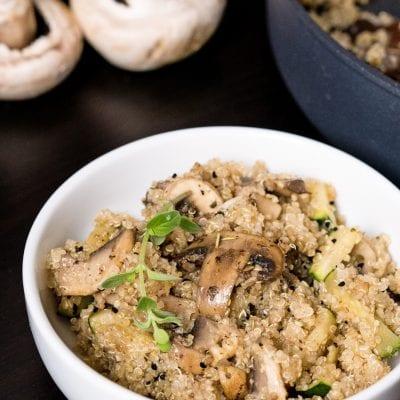 Komosa ryżowa z pieczarkami i cukinią
