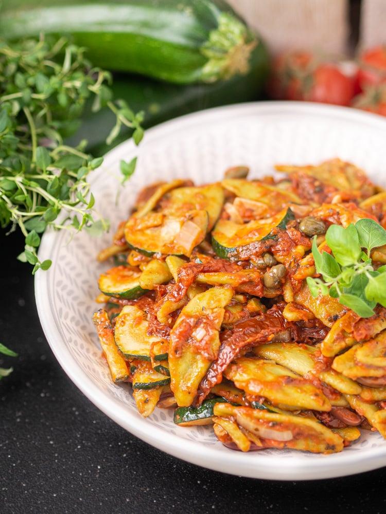 Makaron w sosie pomidorowym z cukinią i kaparami