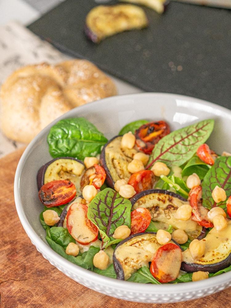 Przepis na sałatka z bakłażanem i szpinakiem