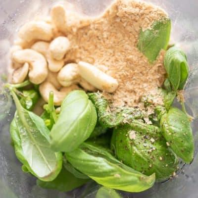 Przepis na wegańskie pesto bazyliowe z bazylii i nerkowców