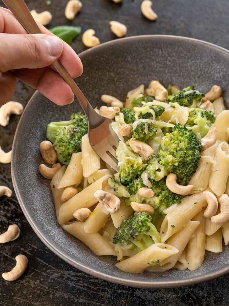 Makaron z brokułami w sosie z nerkowców