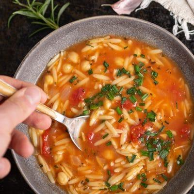 Włoska zupa pomidorowa z ciecierzycą i makaronem orzo