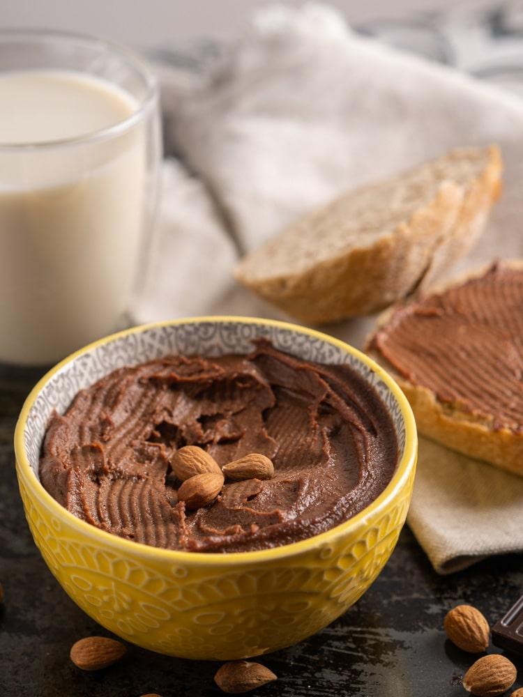Zdrowy krem czekoladowy z migdałami i daktylami