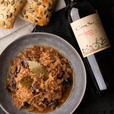 Przepis na wegański bigos z winem i wędzonymi śliwkami