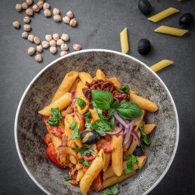 Przepis na Makaron z hummusem i pomidorkami koktajlowymi