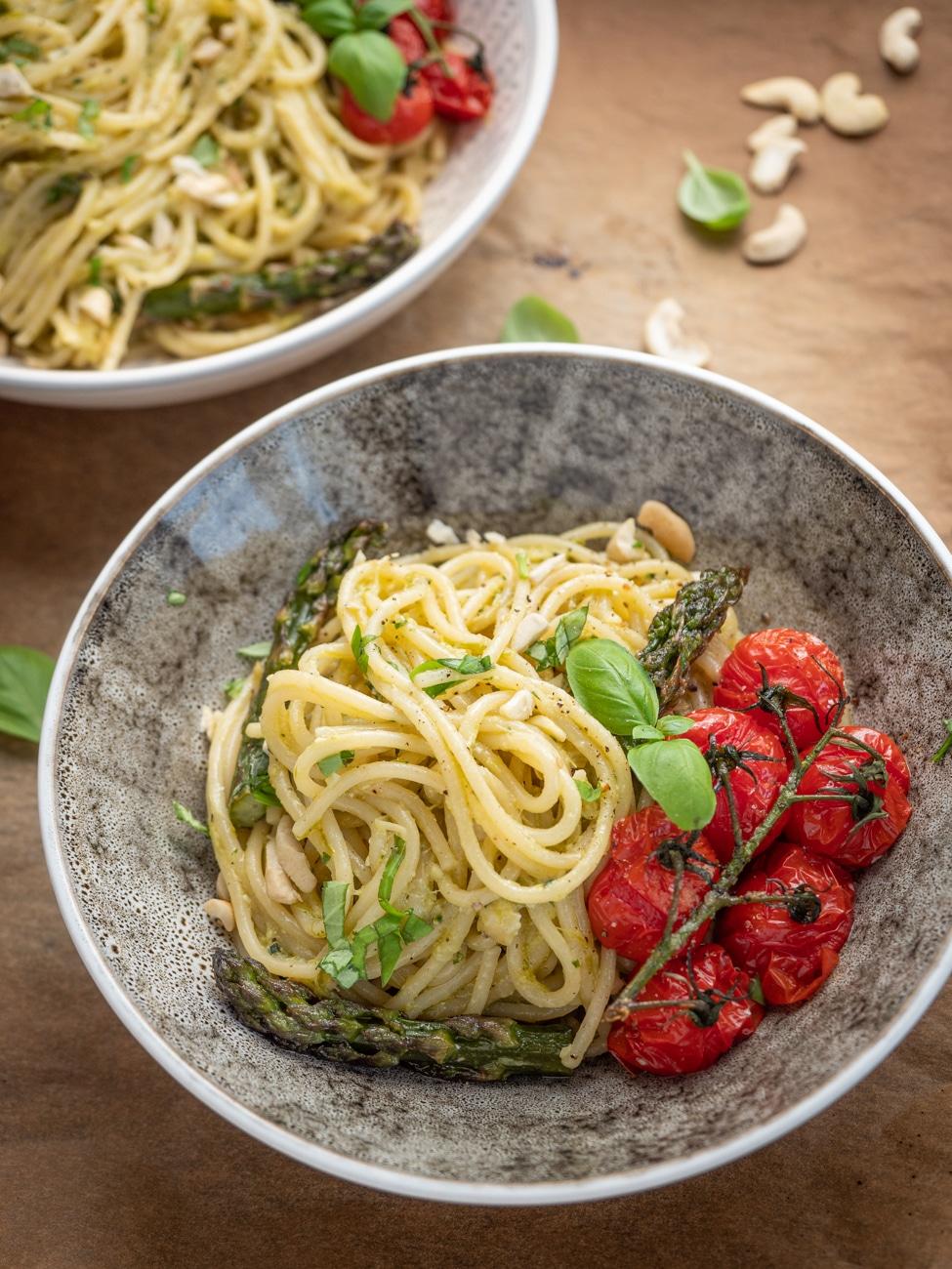 Przepis na Makaron ze szparagami i pieczonymi pomidorkami