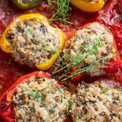 Przepis na Papryka faszerowana ryżem i pieczarkami w sosie pomidorowym