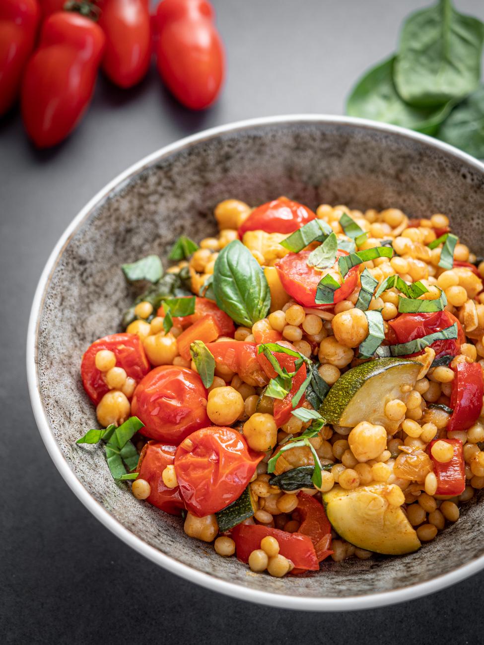 Przepis na Kasza kuskus perłowa z warzywami | Kasza z warzywami | Kasza z cukinią, papryką i ciecierzycą