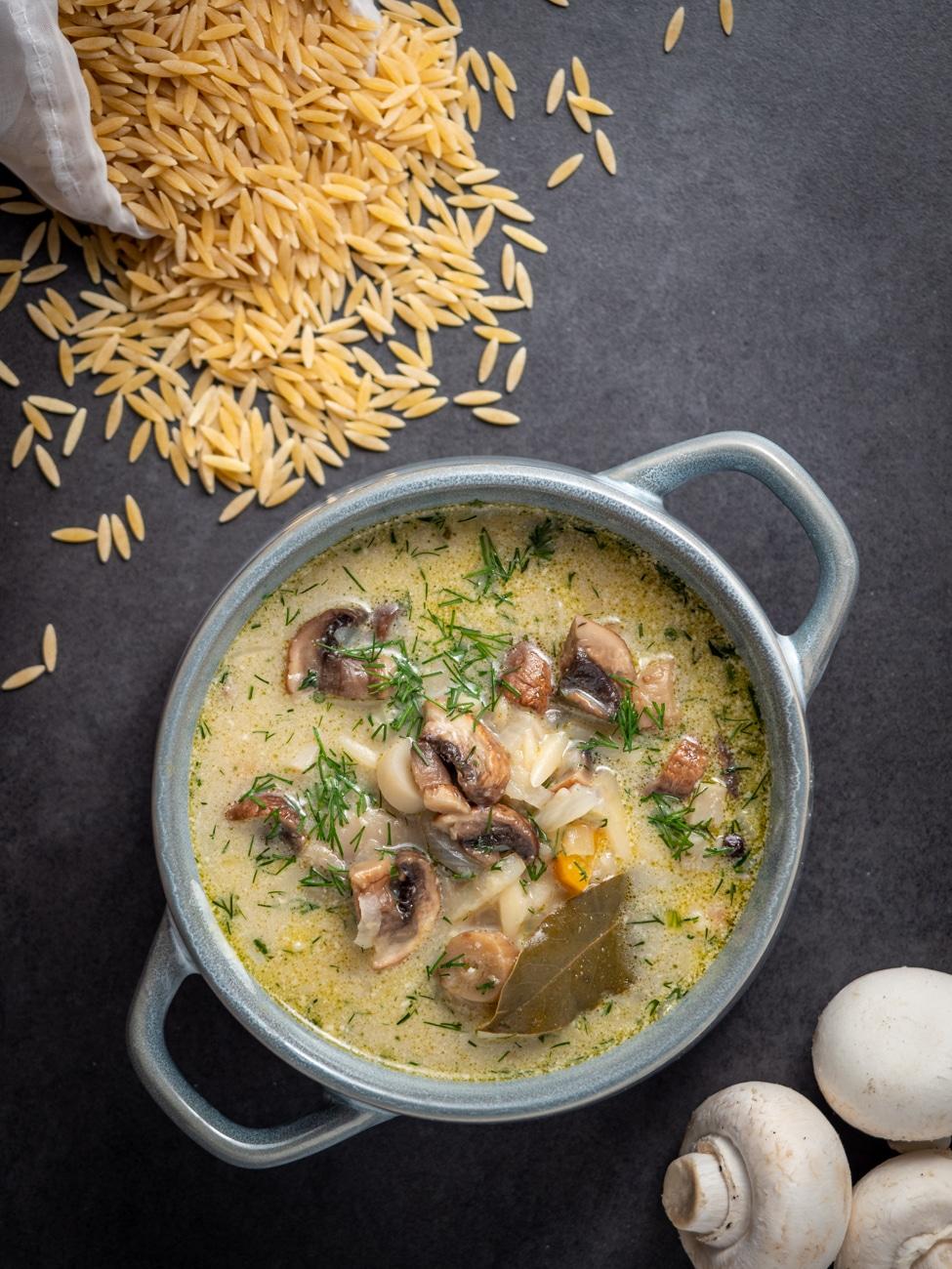Zupa pieczarkowa z makaronem   Przepis na wegańską zupę pieczarkową